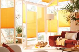Gelbe Plissees als Sonnenschutz